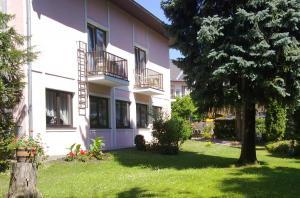 Pension-Wienerstubn-Zimmer-mit-Balkon-zum-Garten-Baden-bei-Wien